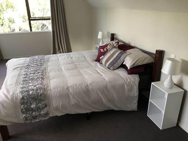 Big room with ensuite. Close to Airport and Shops. - Christchurch