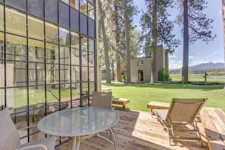 Amazing views with a great location, close to shared pool, hot tub & amenities!