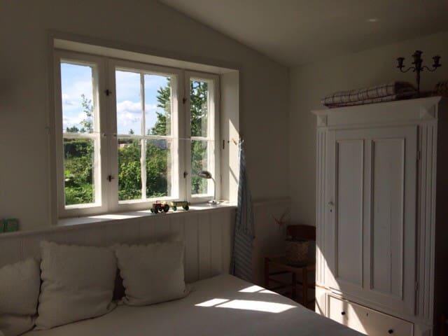 Alle værelser har udsigt til de grønne arealer på Friland.