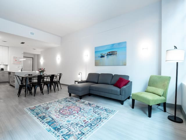 Beautiful Condo - Heart of Business District #504