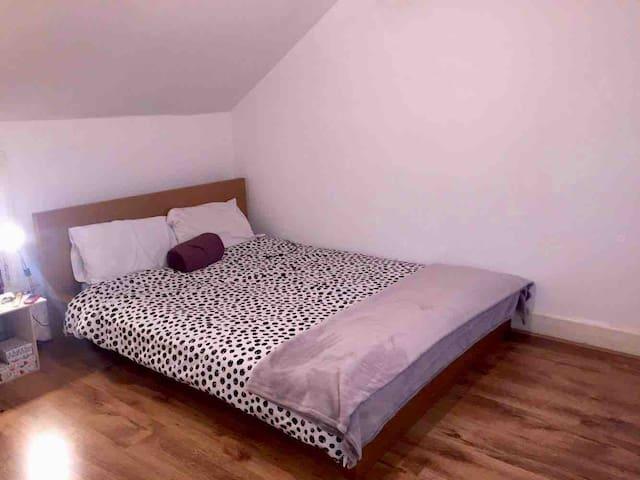 Cama de Casal baixa (+- )20cm de altura! Teto baixo na área da cama