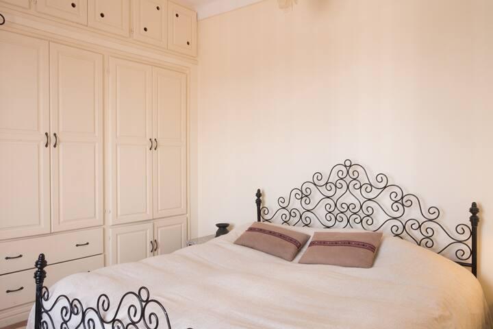 Chambre 1. avec grand lit.