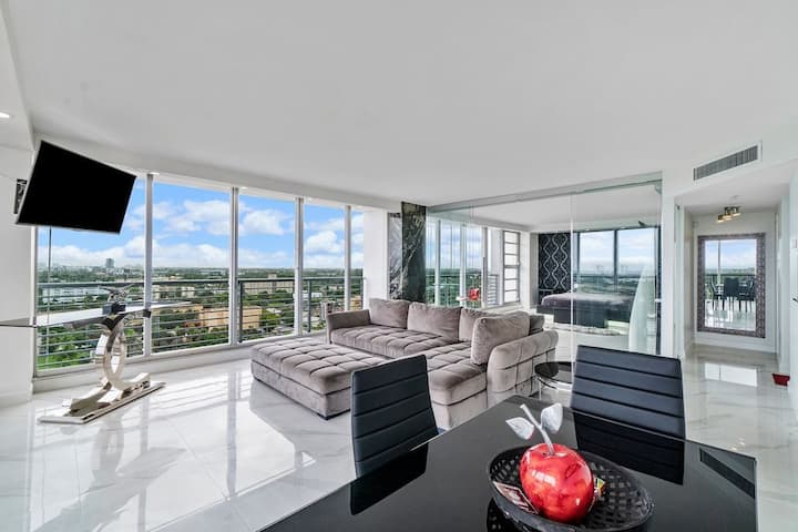 Luxury Condo With Views of Miami Skyline & Ocean
