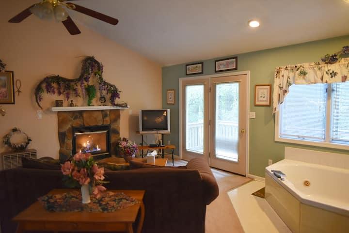 Honeymoon Cabin #8, Romantic Greatroom, Royal Oaks