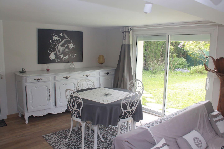 Coté salle à manger. Buffet pour rangement vaisselle , ainsi que table extensible. Vue sur le jardin.
