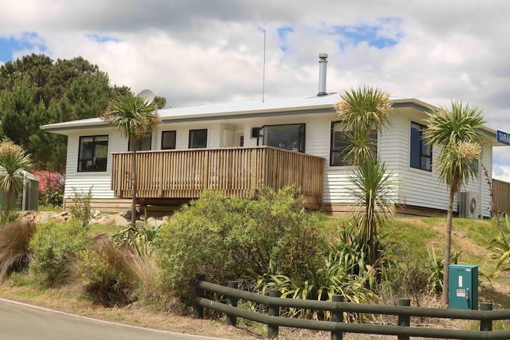 Blue Bay Mahia - Large Family Bach with Sea Views
