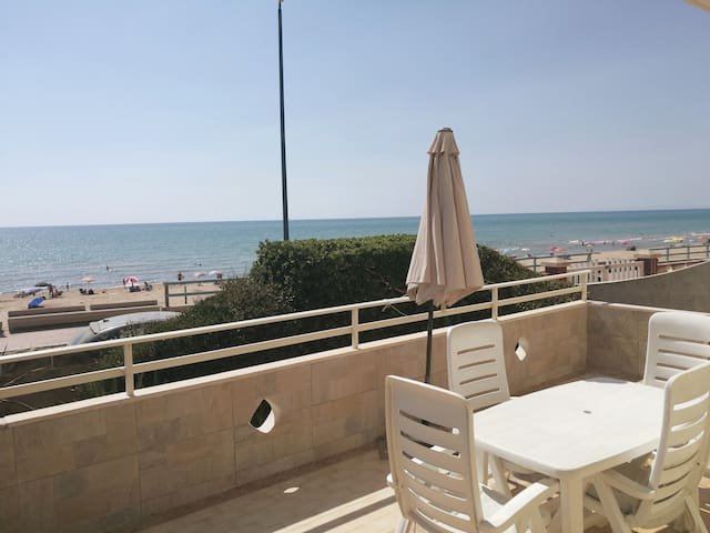 Studio-flat seafront. 20 meters from the beach