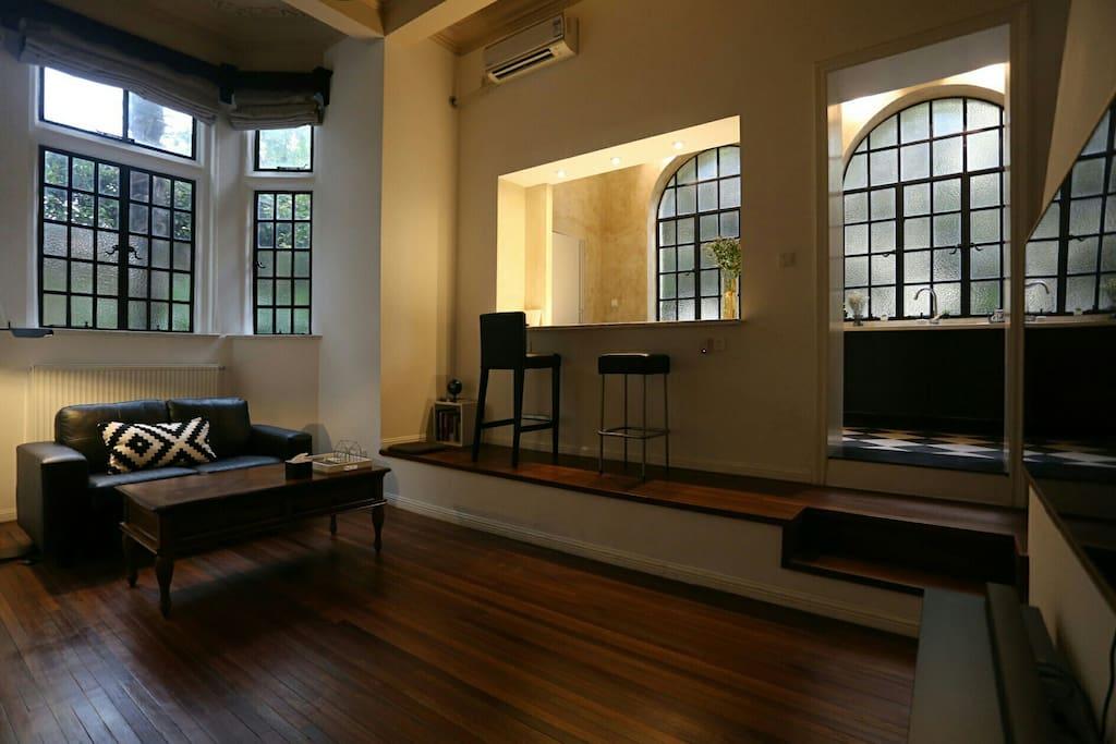 阳光充足的客厅 Living room with sunshine