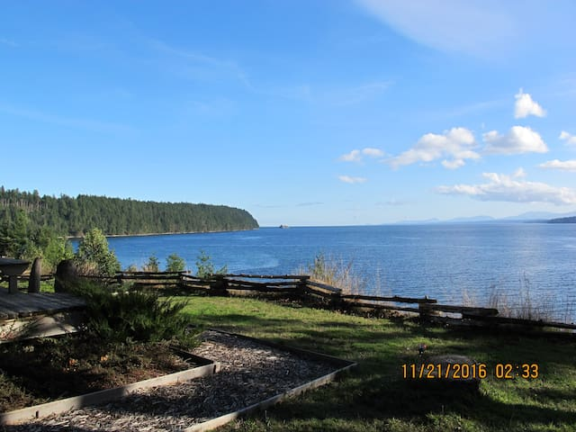 Oceanfront Cottage - Breathtaking Views and Beach - Denman Island