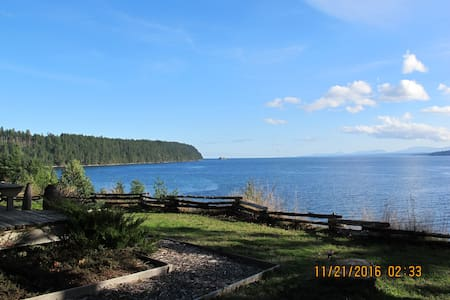 Oceanfront Cottage - Breathtaking Views and Beach - Denman Island - Kabin