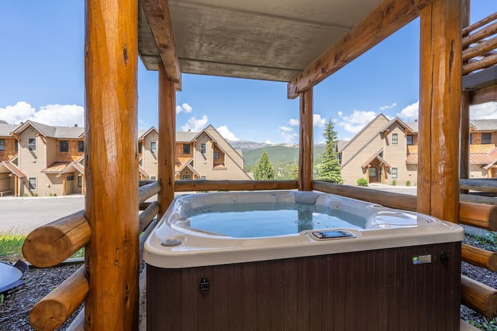 Slopeside townhome w/ ski-in/out, private hot tub & paid access to  shared pool