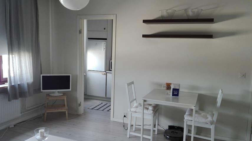 Näkymä oleskelu tilasta keittiö nurkkaukseen - view from the living room space to the kitchen area