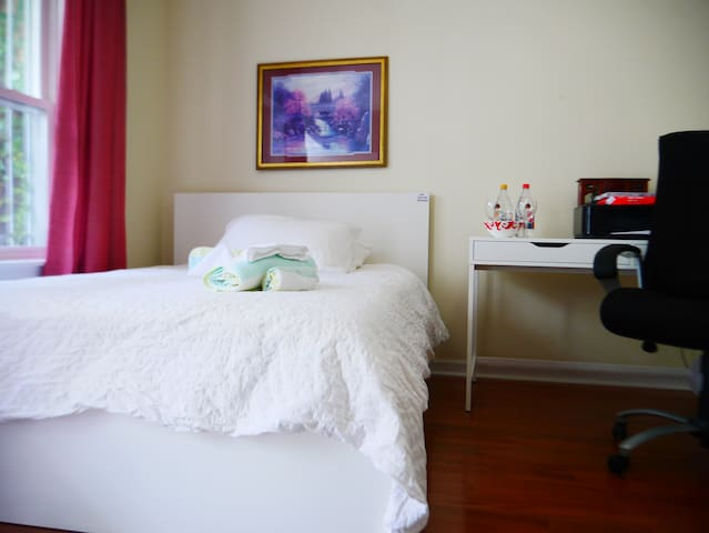M4. Bright Queen Room with Shared Bathroom