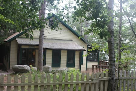 Charming Cottage with a deep water dock and float. - South Bristol - House