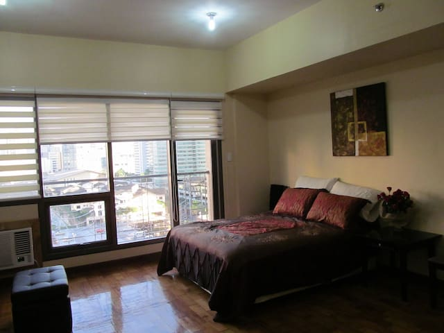 Elegant Condo with free WIFI across Greenbelt Mall