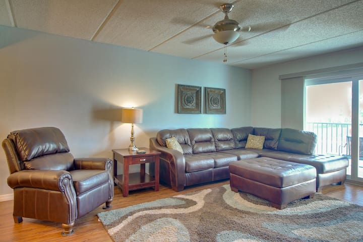 Conveniently located condo w/ shared pool & hot tub - walk to the beach!
