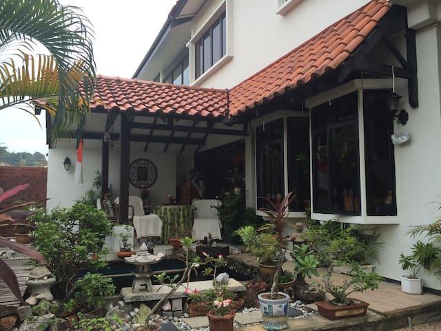 Cosy semi-d house in Bukit Timah