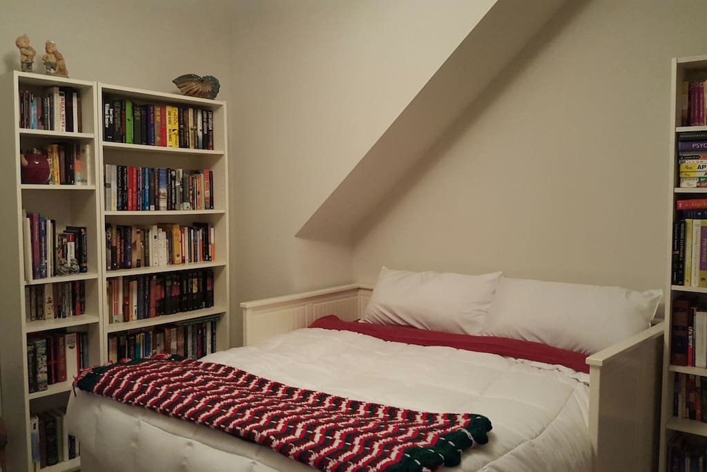King room and library. Book lovers welcome to borrow a book!