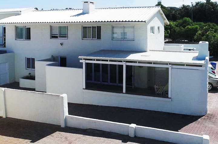 Lupin Lodge - Luxury just metres from the beach