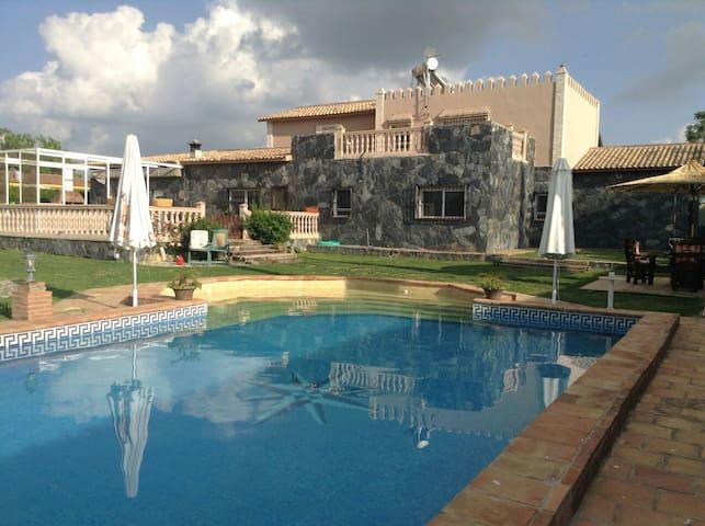 Villa en urbanización privada a 20 min. de Sevilla - Carmona - Bungalo