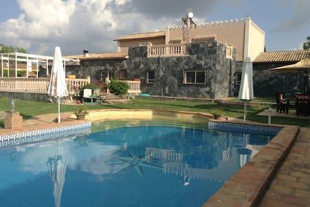 Villa en urbanización privada a 20 min. de Sevilla - Carmona - Chatka w górach