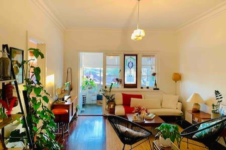 Entire Art Deco Apartment: Sunny Green Oasis