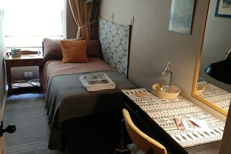 SINGLE ROOM Wifi - Breakfast - Near Newark Centre
