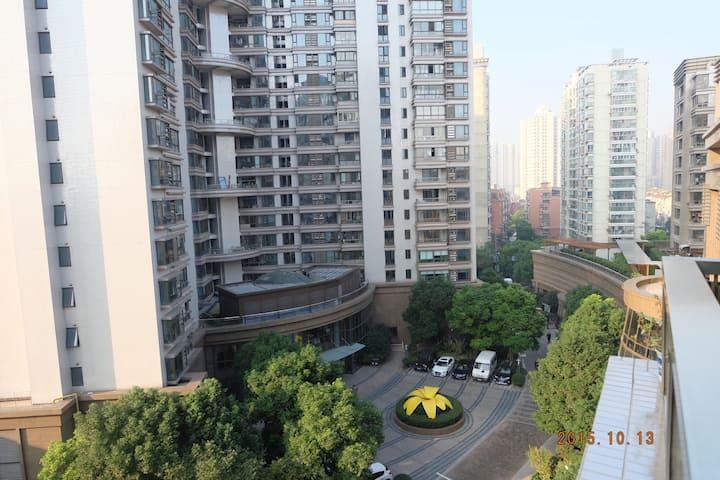 市中心的高档住宅小区,交通便捷,24小时保安,家具新带地暖。