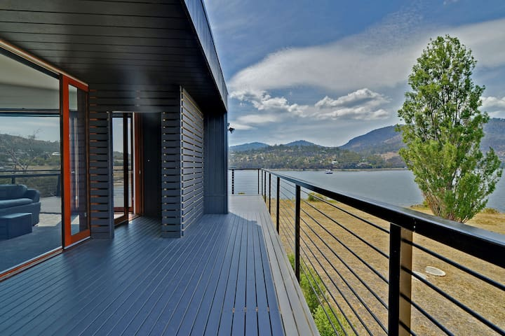 AMAZING UNIQUE FIVE - STAR WATERFRONT RETREAT - Old Beach, Hobart - House