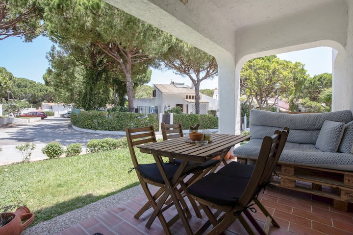 """Comfortable Apartment """"Relaxante e Praia"""" in Neat Apartment Complex with Wi-Fi; Parking Available"""