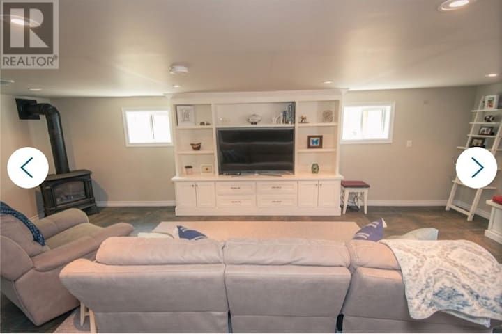 Beautiful, clean and quiet unit! With hottub!