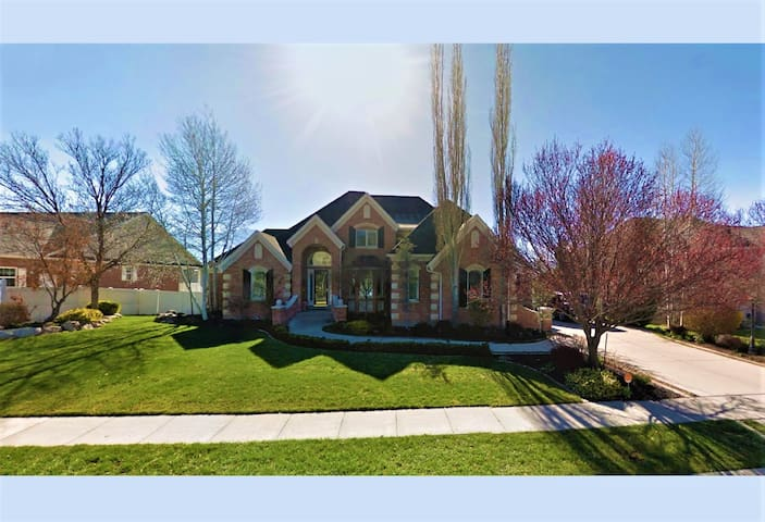 MAY SPECIAL! Ultra-Luxury Estate w/ Mountain Views - South Jordan - Dom