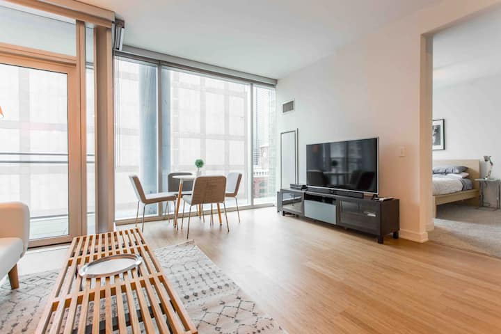 RIVER NORTH LUX 1BR + BALCONY and ROOFTOP POOL!