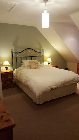 Large 3rd floor room with en suite. - Haselbury Plucknett - Haus