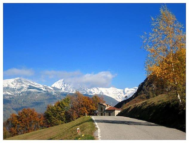 Tipica casa di montagna - Esino Lario - Varenna - Huis
