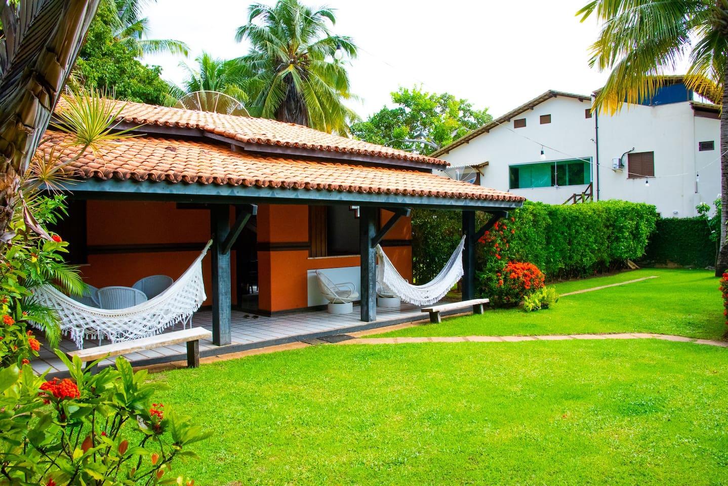 Casa com amplo jardim e quintal, todos os espaços das fotos são privativos. Incluindo garagem para 5 carros.