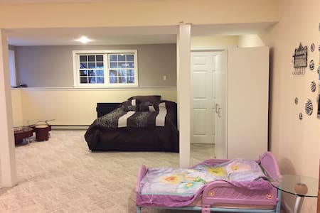 Comfortable room in a family home - Framingham