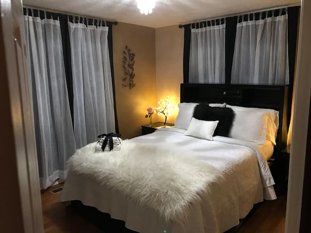 ROMANTIC BLACK AND WHITE ROOM