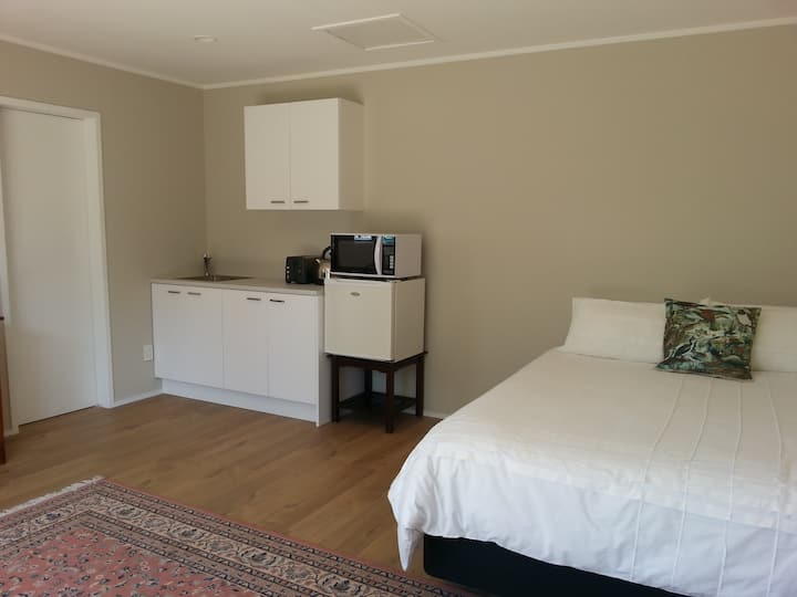 Waiuku Guesthouse Studio in centre of town!