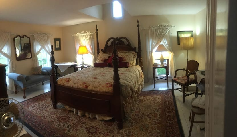 Queen Anne Room for 1-2 guests