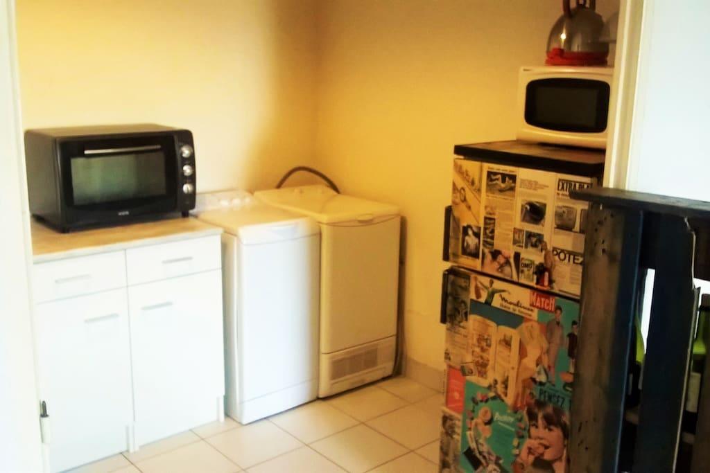 Cuisine équipée (frigo, four, micro-onde, lave-linge, plaque de cuisson)