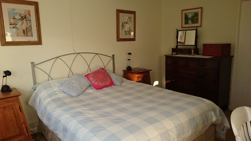 Quiet location with king size bed - Bristol - Casa