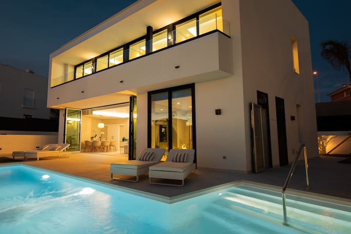 Villa The Palms *New Luxury Villa for 10 guests*