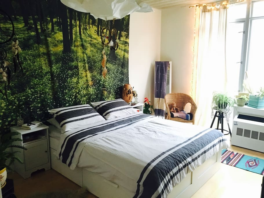 Beautiful and full of light our bedroom embraces nature.The floating dream catchers add to the harmony of the space
