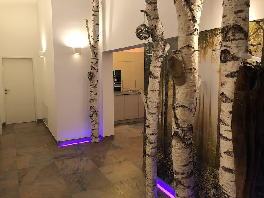 Vier echte große Birken mit 4 Meter Höhe begrüßen beim Eingang. Die Birken sind gleichzeitig auch die Garderobe