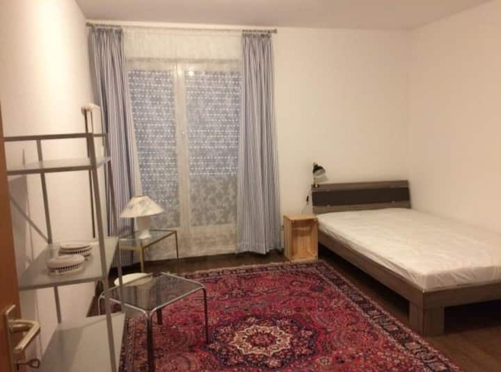 WG Zimmer in einer üppig Wohnung mit Aufzug