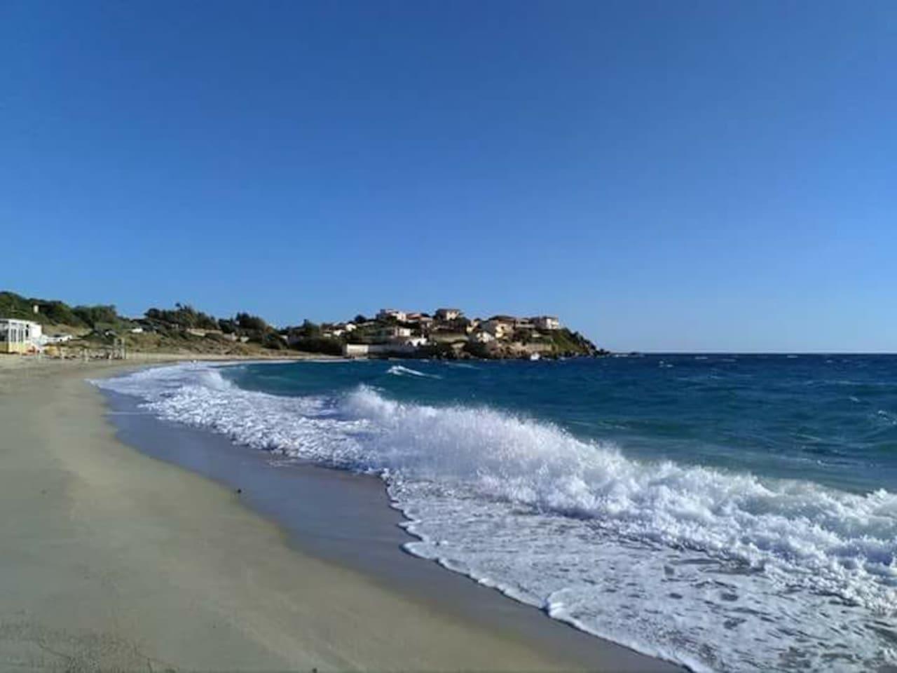 Spiaggia Baccu Mandara  a 2km