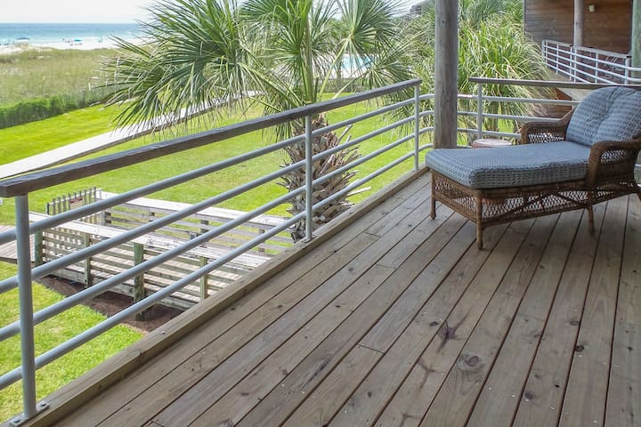 Waterfront condo with a shared pool, beach access and amazing views
