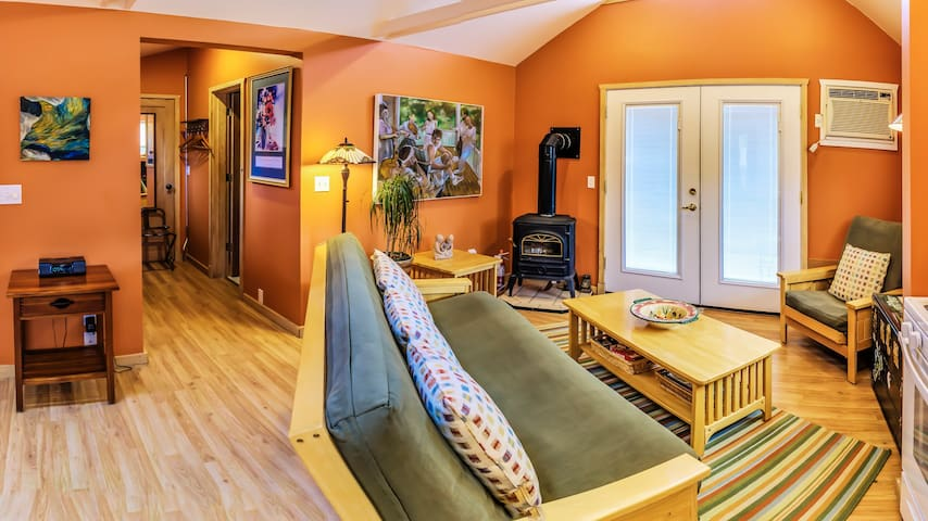 Blue Moon Cottage ~ Pet Friendly ~ 5 Blocks to OSF