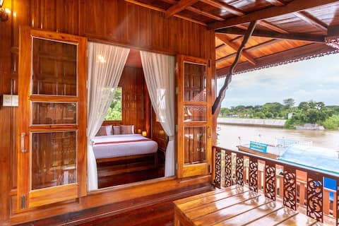 Cozy Teak Cabin with King bed on the River